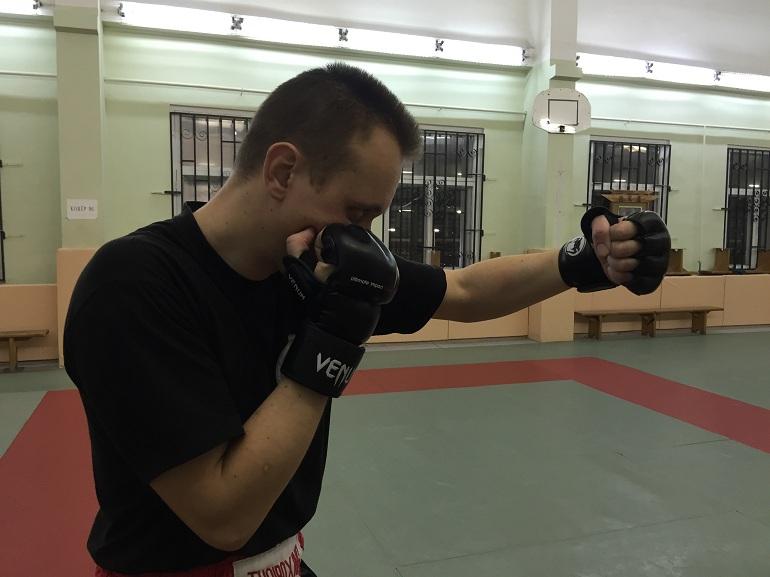 Доворот кулака в запястье при ударе вертикальным кулаком